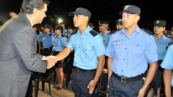 Egresaron 800 agentes y 325 penitenciarios