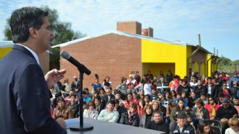 El gobernador entregó 50 viviendas en Pinedo y anunció la construcción de otras 50 unidades más