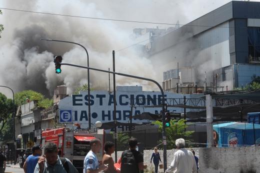 Tras varias horas, controlan el incendio que afectó las instalaciones de Canal 13