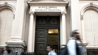 Martes negro: el dólar subió 2,54%, el BCRA vendió 362 millones, subió el Riesgo País y la Bolsa retrocedió casi 5%