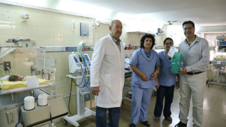 Capitanich entregó ejemplares de El Árbol de la Vida en la maternidad del Sanatorio Antártida