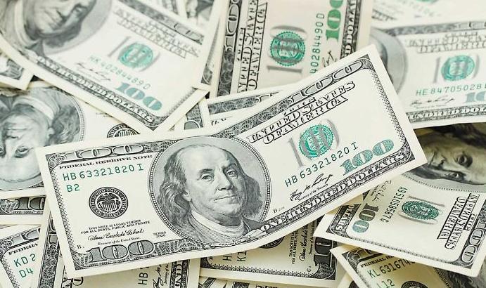 Economía en crisis: el dólar tocó su máximo y el riesgo país saltó 3,9%