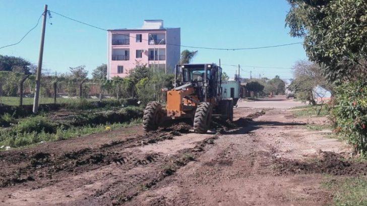 Acompañado por un buen clima y a pesar del feriado nacional, el Municipio realiza trabajos para recuperar calles