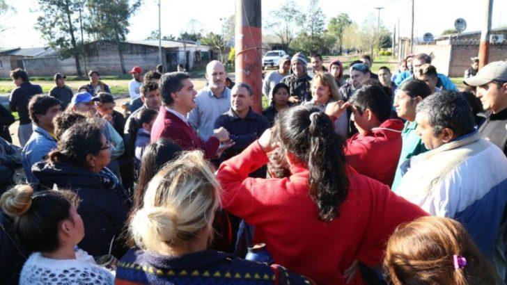 Mejoramiento urbano: Capitanich supervisó trabajos de ripiado de calles