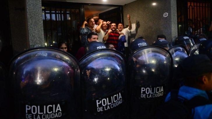 PJ intervenido: a la fuerza, la policía impidió que Gioja realice una conferencia de prensa