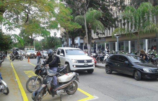 Motociclistas deberán llevar casco para estacionar en lugares reservados para motos