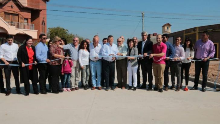 Entregaron viviendas e inauguraron pavimento y ripio en San Martín