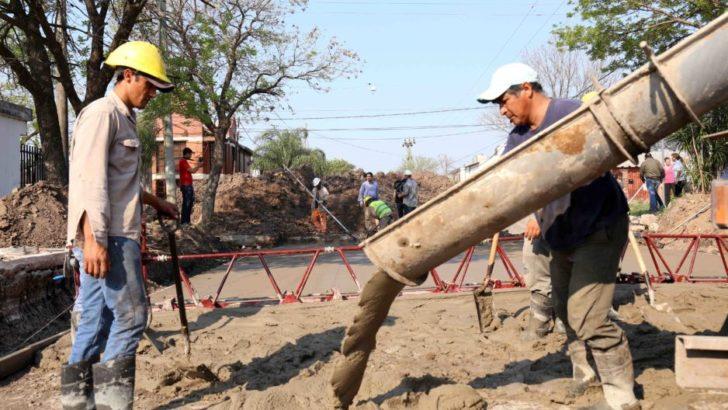 Capitanich supervisó el inicio de las obras de pavimento urbano en Villa Elisa