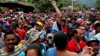 Los migrantes hondureños reanudan su marcha y la caravana desafía a Trump