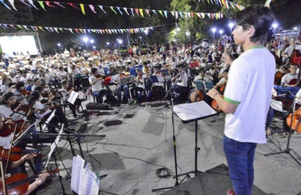 Espectacular despliegue de 430 músicos en escena en la plaza España