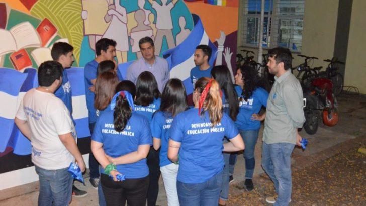 Facultad de Arquitectura: Capitanich destacó el mural en defensa de la educación pública realizado por estudiantes