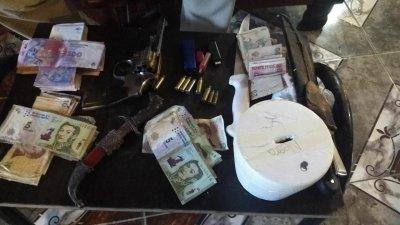 Secuestran cocaína, marihuana y un revólver en allanamientos por un robo 2