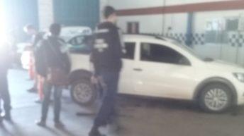 Ingresó armado y con su camioneta al estacionamiento de la Caminera