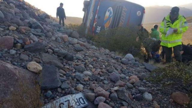 Tres muertos, dos de ellos niños, al desbarrancar un colectivo en Mendoza