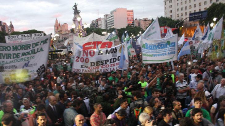 Marcha de antorchas a Plaza Congreso contra «los tarifazos»