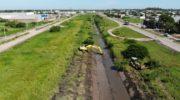 Vialidad Provincial limpia el canal de la Soberanía para mejorar el escurrimiento