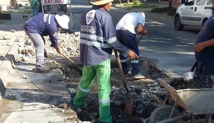 El municipio repara el pavimento urbano en el micro y macrocentro