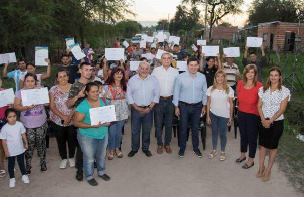 Más de 150 familias del barrio Bettina Vázquez recibieron sus certificados de RUBH