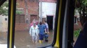 Bomberos de Sáenz Peña asisten a personas anegadas por el temporal