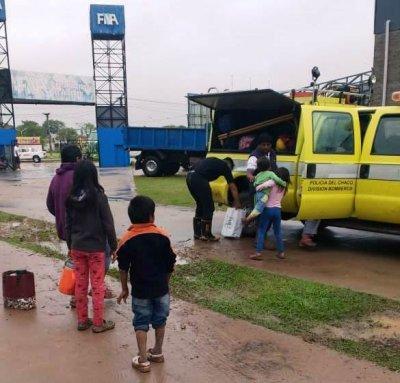 Bomberos de Sáenz Peña asisten a personas anegadas por el temporal 1