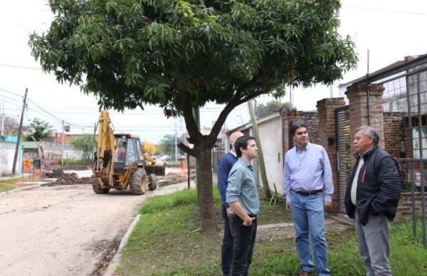 Capitanich recorrió las obras de pavimento que se ejecutan en Villa del Parque 1