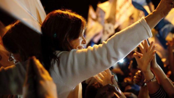 Cristina fue recibida por una multitud, y esta tarde, presenta Sinceramente