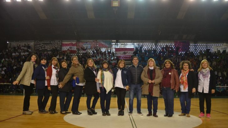 Gustavo Martínez organizó junto a Educación la presentación de banderas de mil alumnos de escuelas primarias
