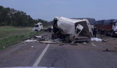 """Choque frontal entre una """"trafic"""" y un camión: un hombre perdió la vida"""