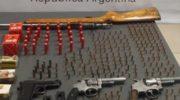 En dos allanamientos incautaron armas, municiones, una moto y una notebook