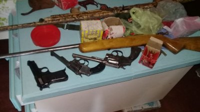 En dos allanamientos incautaron armas, municiones, una moto y una notebook 1