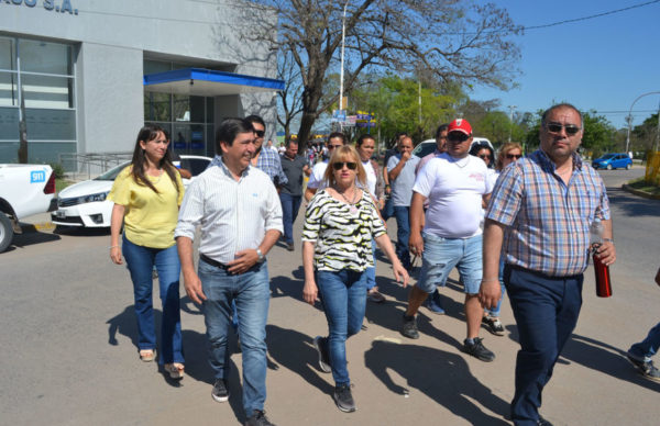Gustavo Martínez acompañó a Marita Fonseca en una caminata de cierre de campaña por Barranqueras 1