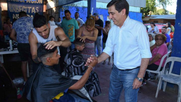 Gustavo Martínez visitó el merendero de la Asociación Cabecitas Negras