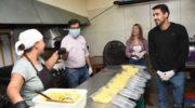 Gustavo Martínez visitó un bar donde se elaboran viandas para los trabajadores municipales