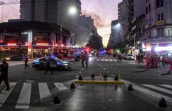 Explosiones e incendio en una perfumería porteña: dos bomberos muertos 1