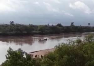 Un camión cayó del puente San Martín al Río Bermejo 1
