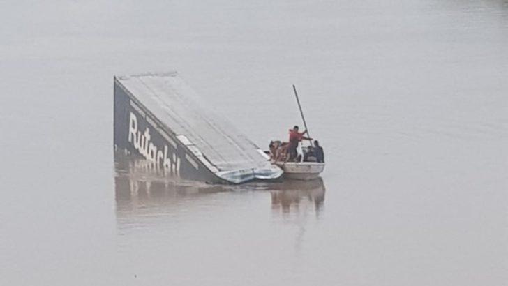 Un camión cayó del puente San Martín al Río Bermejo