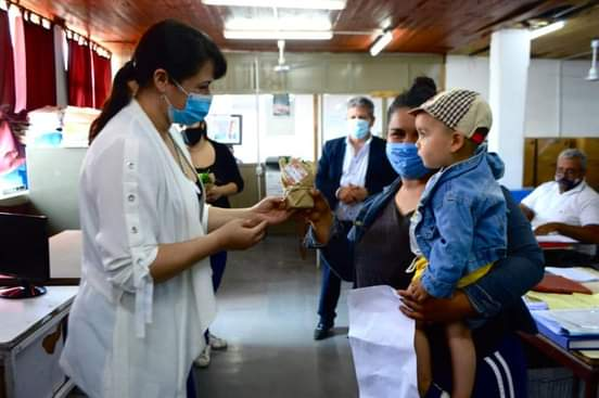 Barranqueras: Magda Ayala entregó presentes a las madres que conforman la familia municipal