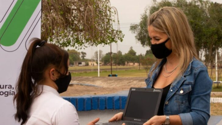 Entregaron netbooks y tablets a alumnos de Charata y Corzuela