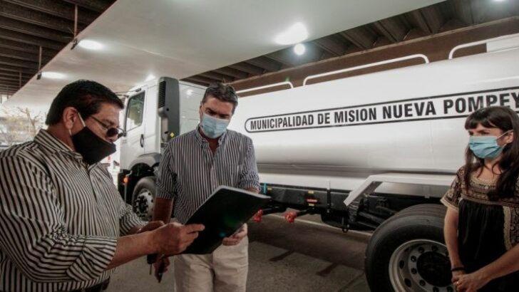 Nueva Pompeya recibió un camión cisterna entregado por la Provincia