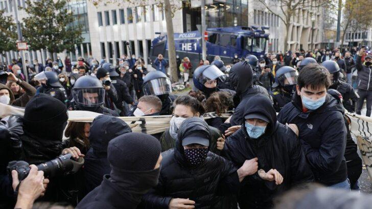 En Alemania, la policía detuvo a 350 personas en marcha contra restricciones por el coronavirus