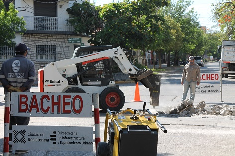 En el marco del Plan Eco, repararon un bache en la esquina de la avenida Belgrano y Salta