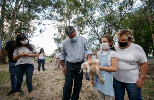 Firman un convenio para que niños, niñas y adolescentes puedan participar de actividades en una granja educativa