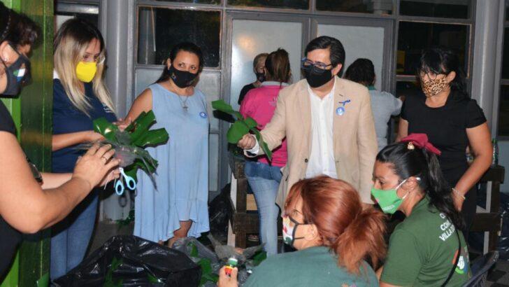 Resistencia: Gustavo Martínez recorrió el Centro Municipal Güiraldes en donde se confeccionan adornos navideños con botellas recicladas