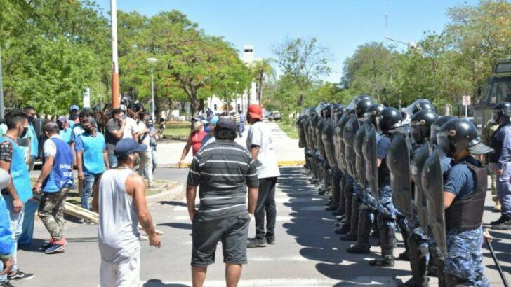 Más de 30 organizaciones sociales y políticas marchan contra el ajuste, la represión y la renuncia de Olivello