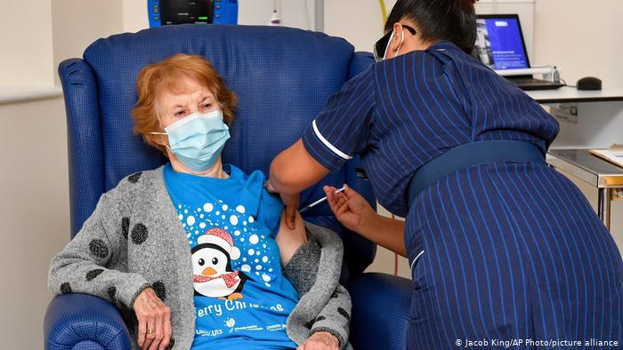 Reino Unido comenzó la vacunación masiva contra el Covid-19, la primera dosis fue para una jubilada
