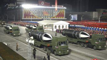 Corea del Norte mostró dos misiles en un enorme desfile militar