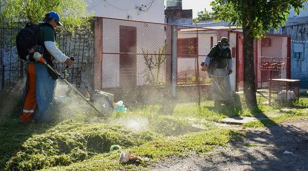 Ejecutaron operativos de desmalezado y erradicación de minibasurales en tres barrios de la capital chaqueña