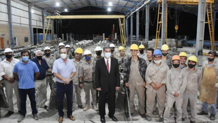 Capitanich visitó una fábrica de estructuras para redes eléctricas
