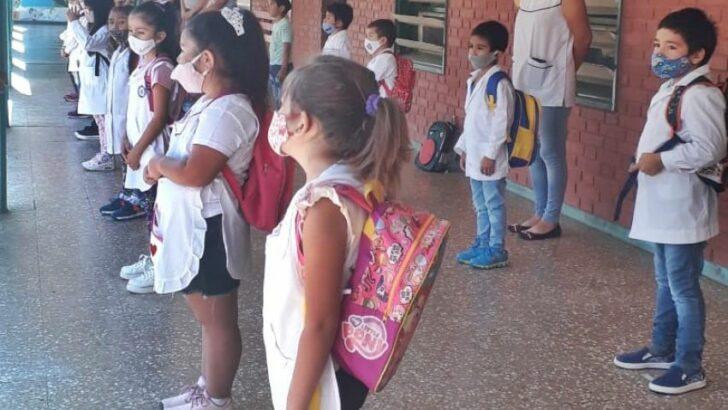 El Gobierno inició el ciclo lectivo en Fontana y los docentes en una masiva movilización por mejoras salariales