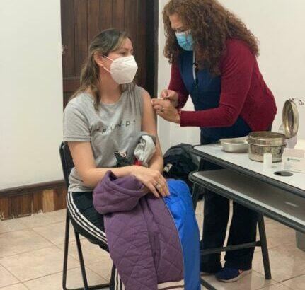 Continúa el operativo de inmunización a docentes y personal de maestranza